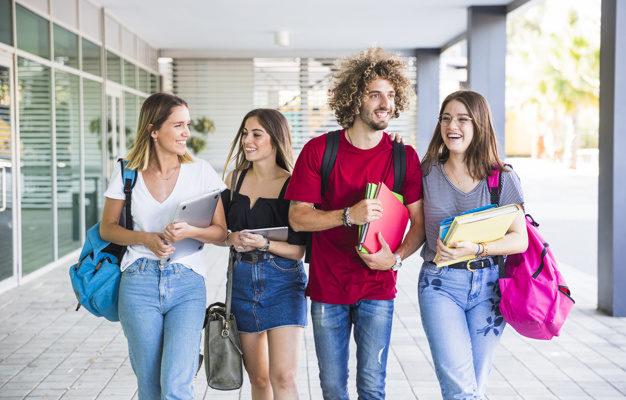 estudiantes-sonrientes-caminando-despues-de-las-lecciones_23-2147860642